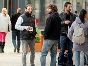 Na pověstné jedno pivo vyráží na Jakubské náměstí v Brně každý den desítky lidí a řada z nich si ho vychutná raději venku. I navzdory vyhlášce, která popíjení alkoholu na náměstí i v přilehlých ulicích zakazuje.