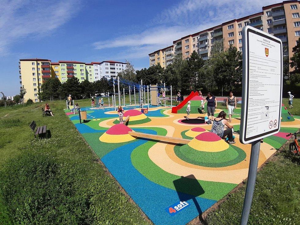 Dětské hřiště mezi Elplovou a Zikovou ulicí v brněnské Líšni je pro veřejnost otevřené.