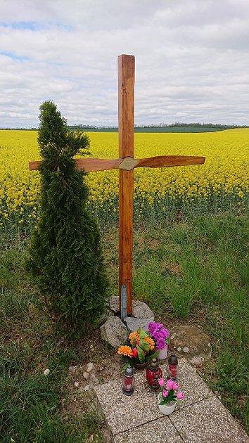 Dřevěný kříž ucesty zMiroslavských Knínic do Suchohrdel uMiroslavi. Připomíná tragickou nehodu vroce 2001.