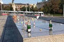 Po ráno často hyzdí okolí Janáčkova divadla v Brně odpadky a prázdné lahve od alkoholu.