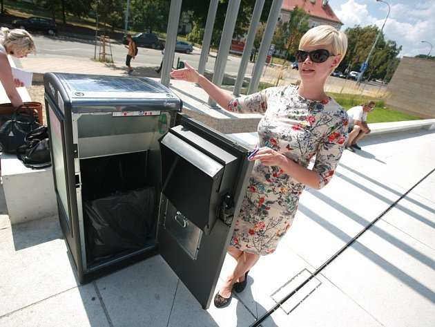 Nové odpadkové koše u brněnského Janáčkova divadla. Díky lisu pojmou až sedmkrát víc odpadů, navíc mají v sobě zařízení, které ohlásí, že jsou plné.