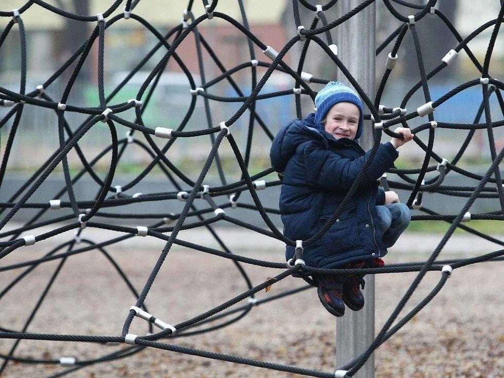 Park mezi Šelepovou a Klusáčkovou ulicí se oficiálně jmenuje sady Národního odboje a jeho název odkazuje na vojenský lágr Pod kaštany, který tam byl za druhé světové války.