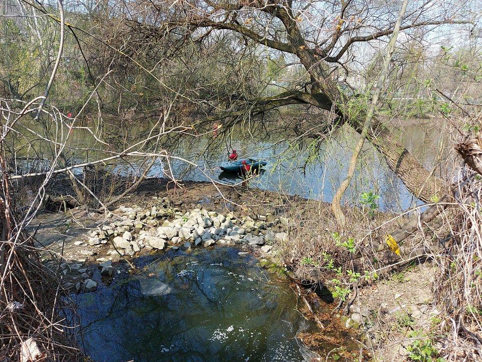 Pátrání po pohřešovaném chlapci v řece Svratce a v jejím okolí.
