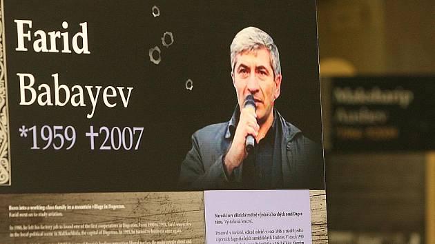 Výstava Umlčené hlasy je věnovaná portrétům aktivistů, vědců, novinářů a dalších osobností současného Ruska, jejichž vraždy vyvolaly mezinárodní pobouření.