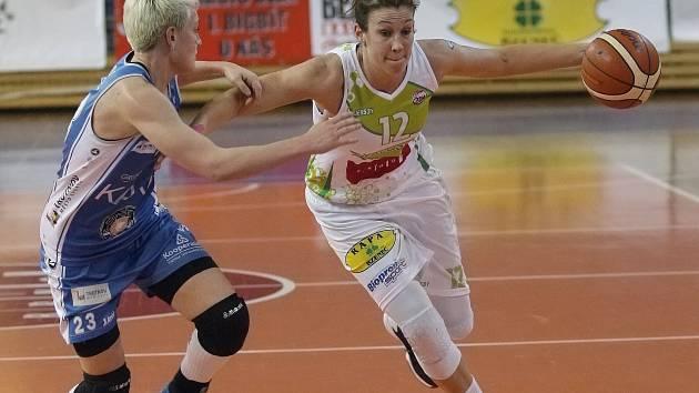 Basketbalistky Valosunu ve čtvrtfinále nejvyšší soutěže s Trutnovem. Na snímku pivotka Edita Šujanová.