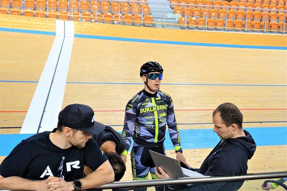 Dráhoví cyklisté brněnské Dukly (na snímku zleva fitness kouč Erik Kimmel, Tomáš Bábek a trenér Lubomír Vojta).