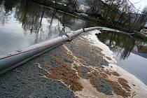 Likvidace úniku ropy zabrala hasičům téměř tři hodiny.