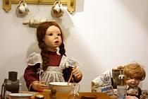 Expozice hraček z dílny Anny Šlesingerové nazvaná Jak se rodí panenky.