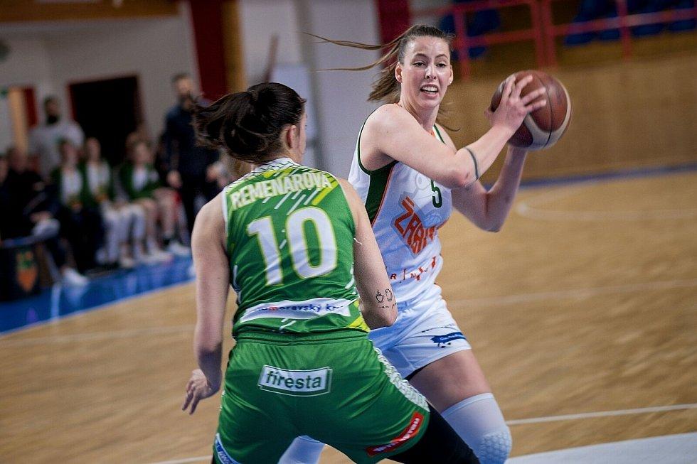 V prvním zápase v sérii o bronz v Ženské basketbalové lize uspěly na domácím hřišti Žabiny (v bílém Natálie Stoupalové), které porazily KP Brno (Veronika Remenárová) o osm bodů.