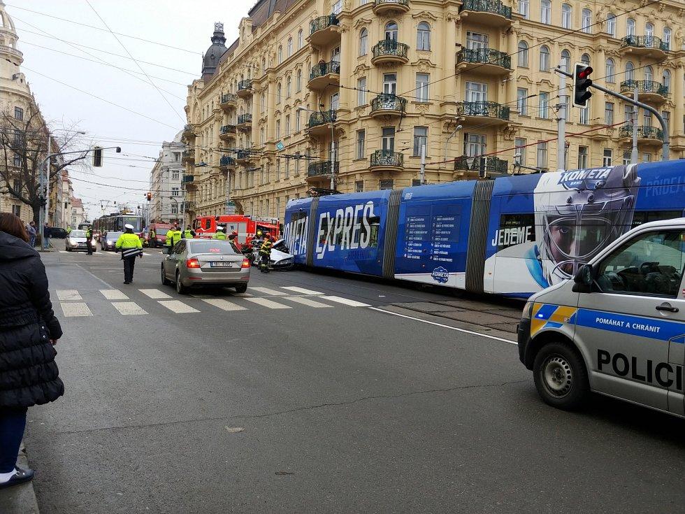 Nehoda dvou tramvají a osobního auta na Konečného náměstí v Brně.