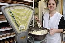 Seriál Deníku Rovnost Na den... Tentokrát si redaktorka Petra Kozlanská (na snímku) vyzkoušela práci cukrářky.