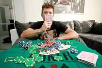 Hokejista brněnské Komety Vilém Burian si krátí volný čas hraním pokeru.