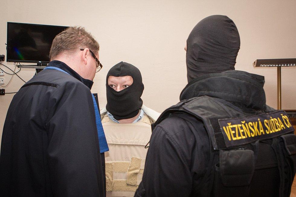 Tři bývalí policisté jsou podezřelí z toho, že v uniformách zastavili dodávku bezpečnostní agentury a ozbrojení ruční protitankovou střelou se pak zmocnili sedmasedmdesáti milionů korun. Případ projednává Krajský soud v Brně.