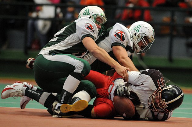 Hráči Alligators Brno (v zeleném) ve skupině A halového mistrovství republiky přejeli Příbram Bobcats 21:0.