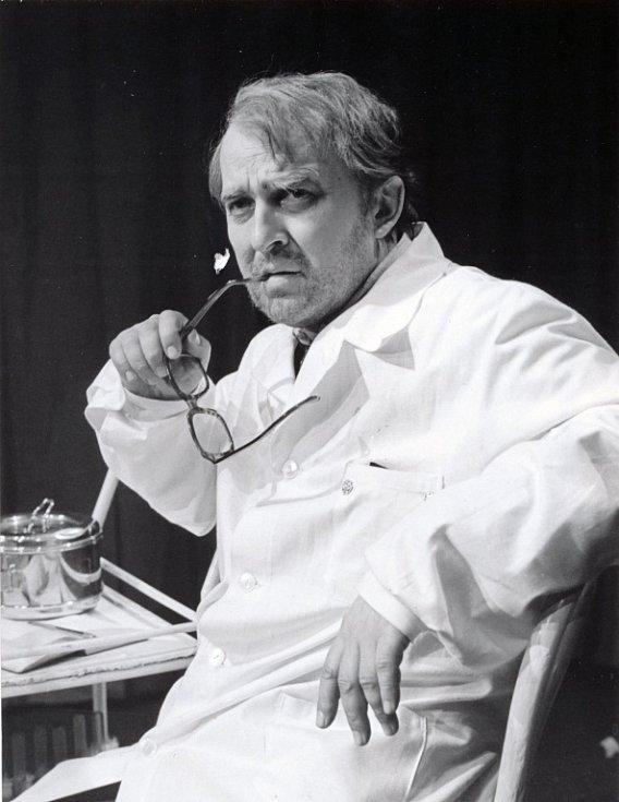 V roce 1975 uvádělo divadlo Čapkovu Bílou nemoc.