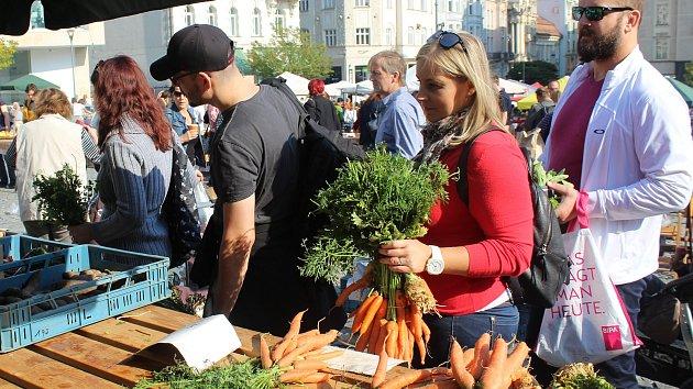 Lidé na BIOtrzích na Zelném trhu nakupovali biopotraviny.