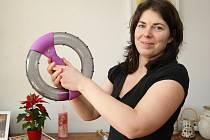 Jihomoravská reprezentantka celostátní soutěže Fit s Deníkem Adéla Procházková. V prvním díle seriálu popisuje, jak a proč se přihlásila do soutěže, ve které si vytkla za cíl snížení váhy po těhotenství. Podaří se jí to? Sledujte další díly.
