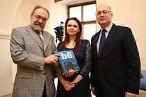 Náměstek primátora Martin Ander spolu s dalšími účastníky slavnostně pokřtil knihu Dějiny Brna v Křišťálovém sále na Staré radnici.