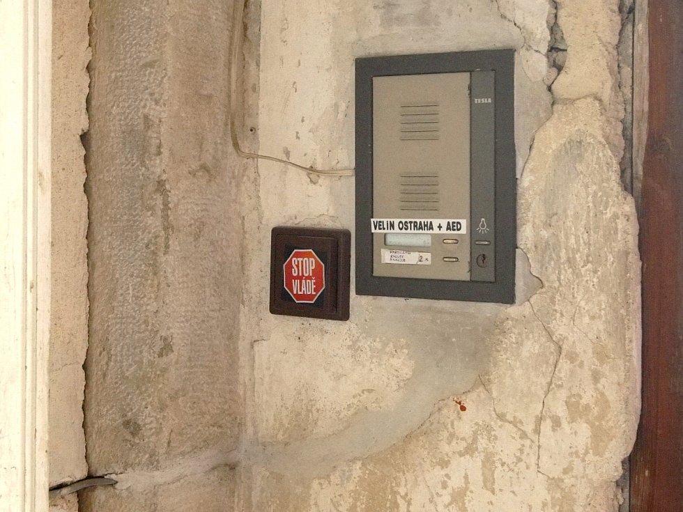 Defibrilátor na Špilberku.