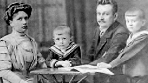 Malý Kurt Ködel (druhý zleva) s rodinou.