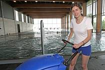 Redaktorka Rovnosti Kateřina Foltánková si vyzkoušela práci plavčice.