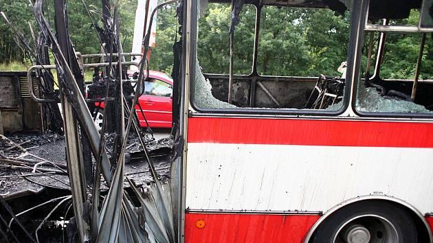 Autobus po požáru v Chironově ulici.