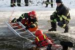 Topící se lidi vytahovali hasiči ve středu z ledové vody Brněnské přehrady. Nešlo však o bruslaře, kteří vjeli na příliš tenký led, ale o figuranty ve speciálních úborech, kteří do díry vysekané v ledu vlezli dobrovolně.