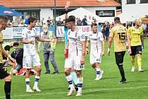 Líšeňský fotbalista Jan Silný (s číslem 2) dostal červenou karty poté, co zpacifikoval fanouška na hřišti.