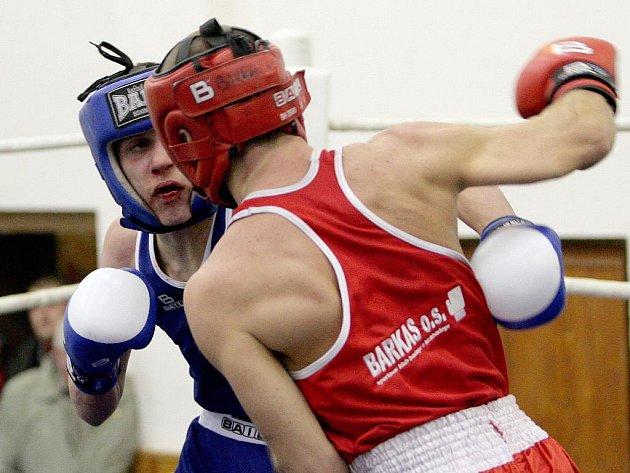 Ve váhové kategorii do 57 kg boxovali Lukáš Sobotka z Brna v modrém a Olex Kovalenko z Ústí v červeném.