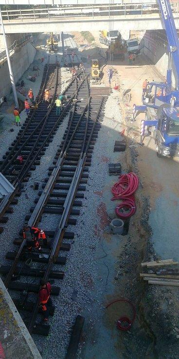 Montáž výhybek ve vyloučené tramvajové trati. Foto z první poloviny srpna.