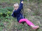 Zhoupnout se mezi kmeny, vyšplhat do korun stromů nebo rozeznat druhy jehličnanů si mohly v pátek vyzkoušet děti v nově otevřeném areálu U Mravence Lesíka v brněnských Řečkovicích.