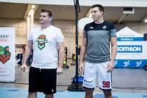 V souboji manažerů se radoval z výhry tým Radka Šíra (na snímku vlevo) nad celkem Filipa Jimramovského (vpravo).