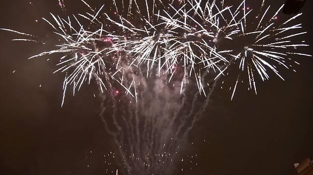 Hodiny odbily sedmou hodinu večer a Dominikánské náměstí v Brně se otřáslo výbuchy. Lidé se ale nebáli, nad hlavami se jim totiž rozzářila barevná světla ohňostroje, který oznamoval, že vánoční trhy v centru města v pátek skončily.