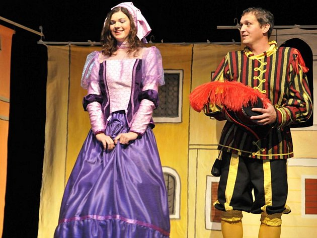 Nejnovější hrou slavkovského Farního divadla Simsala Bim je Zkrocení zlé ženy.