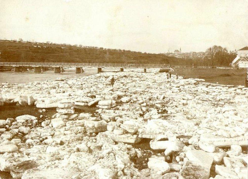 Ledy na břehu Dyje v Sedlešovicích po jarním tání, v pozadí město Znojmo (1901).