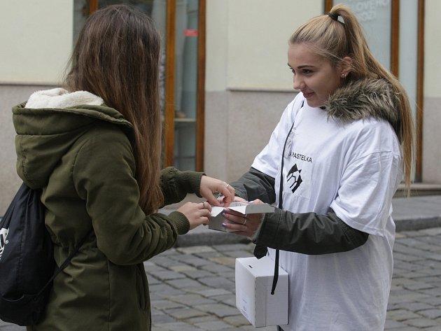 Peníze na pomoc zrakově postiženým ve středu vBrně vybírali obrovolníci. Lidé od nich na oplátku dostali bílou pastelku.