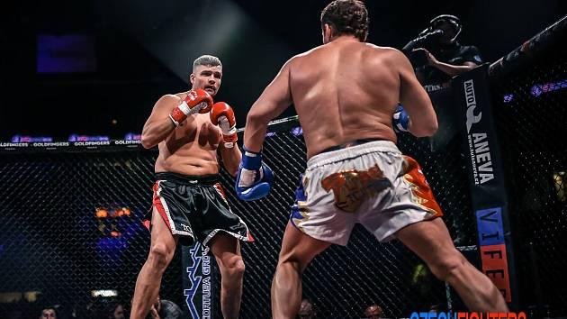 Tomáš Hron (vlevo) při Noci bojovníků v Liberci knokautoval ruského protivníka Romana Volkova.