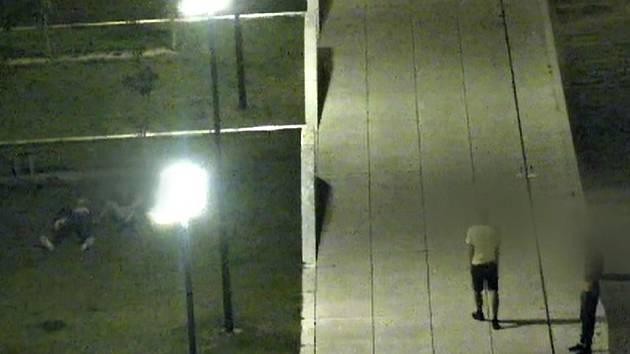 Kamery strážníků nahrály mladíky, kteří v Brně prohledávali kapsy spícímu muži.