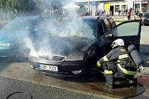 Likvidace požáru auta v Bednaříkově ulici v brněnské Líšni.