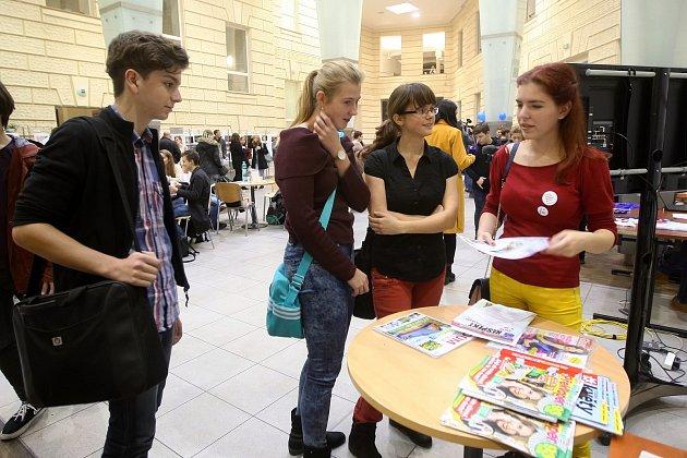 Ke stánku Brněnského deníku Rovnost zavítaly desítky lidí. Na Multimediálním dni