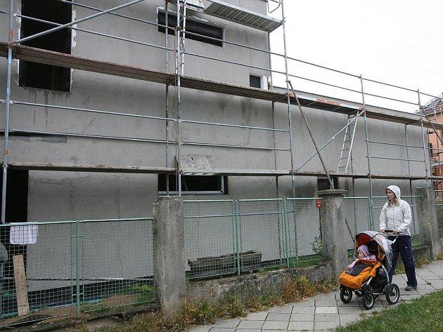 Dvoupodlažní dřevostavbu v Soběšické ulici začal majitel pozemku stavět letos na jaře. Vzápětí však magistrát rozhodl, že stavební úřad neměl stavbu povolit, a žádal její odstranění. Dům má být přitom hotový už v prosinci.