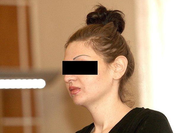 Žena, obviněná zpokusu ovraždu svého otce, stanula před soudem.