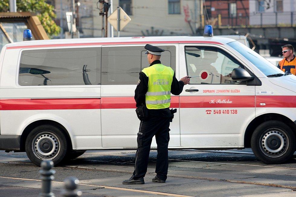 Den bez aut v Brně. Ulice před hlavním nádražím se ve čtvrtek uzavřela pro auta. Prostor byl vyhrazen chodcům. Dopravu odkláněli od rána strážníci.