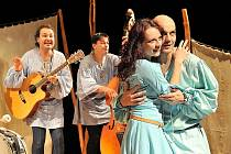 VE STŘEDOVĚKU. Téma velké lásky, která přetrvá i staletí, přiblíží nejnovější inscenace Loutkového divadla Radost Aucassin a Nicoletta.