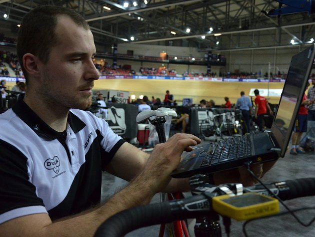 Trenér české sprinterské reprezentace a brněnské Dukly do 23 let Lubomír Vojta na mistrovství světa ve Francii stahuje do počítače data z přístroje srm.