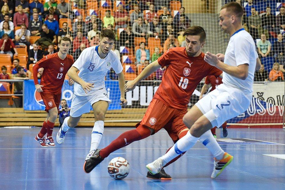 Brno 2.2.2020 - kvalifikační turnaj na futsalové MS 2020 - ČR Tomáš Vnuk (červená) Slovinsko Rok Mordej (bílá)