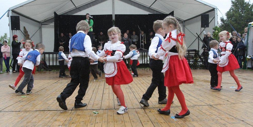 Country tance, mše svatá, nebo vystoupení dětského divadla. Tak vypadaly třídenní oslavy v Jiříkovicích na Brněnsku.