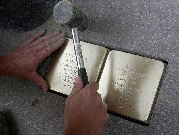 Válečný letec, židovská rodina a agrární politik. I jejich tragický osud za druhé světové války nyní připomínají takzvané kameny zmizelých. Brňané budou nově míjet jedenáct památníků v pěti ulicích.