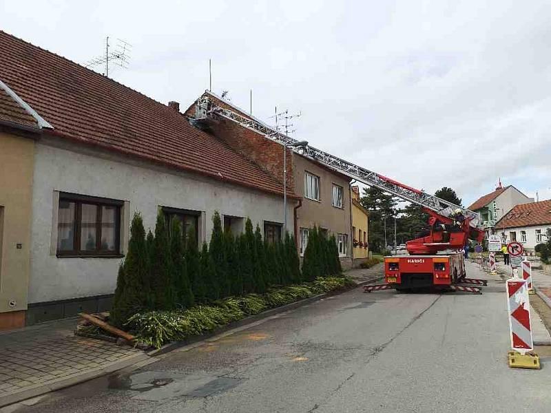 V Modřicích na Brněnsku museli hasiči po bouřce opravit střechu.