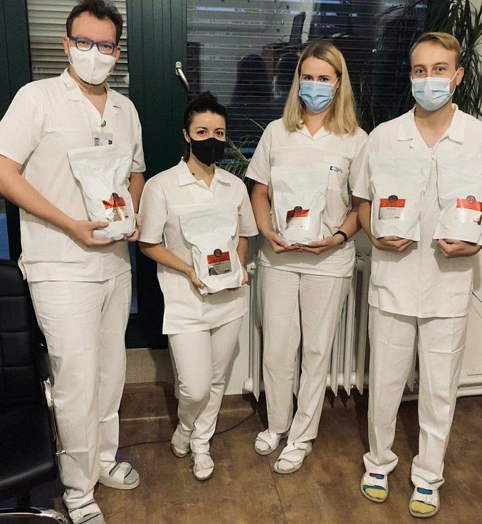 Lékaři a sestry z Kliniky infekčních chorob bohunické fakultní nemocnice dostali zásobu kávy od brněnské pražírny.